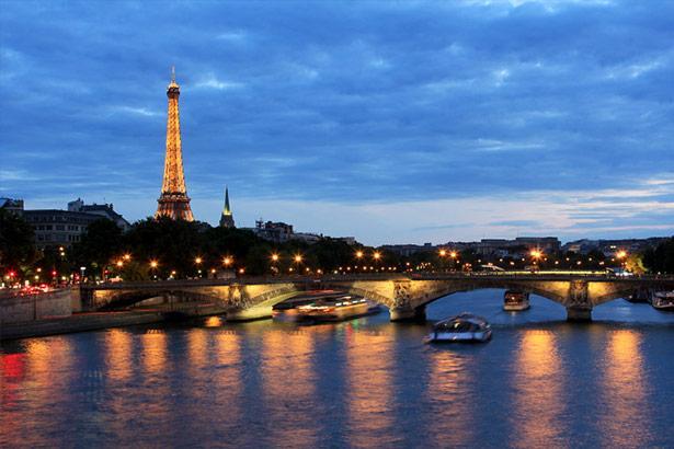 Paris, Fransa  Aşkın ve romantizmin simgesi Paris, seksi duruşunu gördüğünüz, duyduğunuz ve dokunduğunuz her şeyde hissettiren bir çekiciliğe sahip. Paris'in şık kafelerinden birinde Fransızca şarkıların cezbeden ezgileri ve 1 kadeh şarap eşliğinde günün keyfine varabilir, gece ise Bastille bölgesinde yer alan barlarda sabaha kadar eğlenebilirsiniz. Pigalle'de ise muhteşem dans şovlarını izleyerek, Paris'in hareketli ritmine şahitlik edebilirsiniz.
