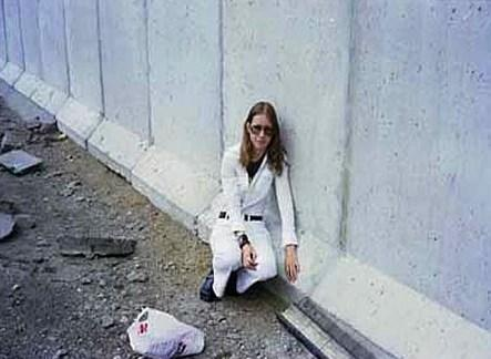 Berlin Duvarı'yla evlenen kadın  Eija-Riitta Berliner-Mauer adlı kadın önceki kadına nazaran daha şanssız çünkü 1979'da evlendiği kocasını 1989'da kutlamalarla yıktılar.