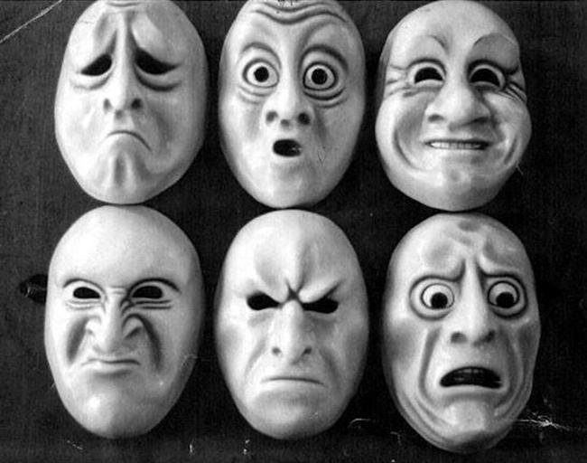 Farklı coğrafyalarda yaşayıp farklı dilleri konuşsa da, yeryüzünde yaşayan tüm insanlar mutluluk, öfke, üzüntü, korku, şaşırma ve iğrenme duygularını aynı yüz mimikleriyle ifade ediyor.
