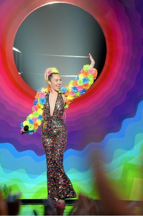 2015 MTV Video Müzik Ödülleri gerçekleştirilen törenle sahiplerini buldu. Miley Cyrus, bu müthiş gecenin sunuculuğunu üstlendi. Ödüllerin dağıtıldığı gecede birbirinden ilginç ve çarpıcı kostümler giyen Cyrus'un işte o kıyafetleri...