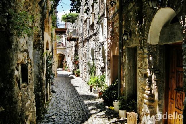13- Günübirlik Çeşme Sakız Adası Turu  Kurban Bayramı'nda Çeşme'de olacaksanız ve tatilinize Yunan Adası gezisi eklemek isterseniz Günübirlik Sakız Adası turuna göz atmanızı tavsiye ederiz. 1 Gün – 205TL