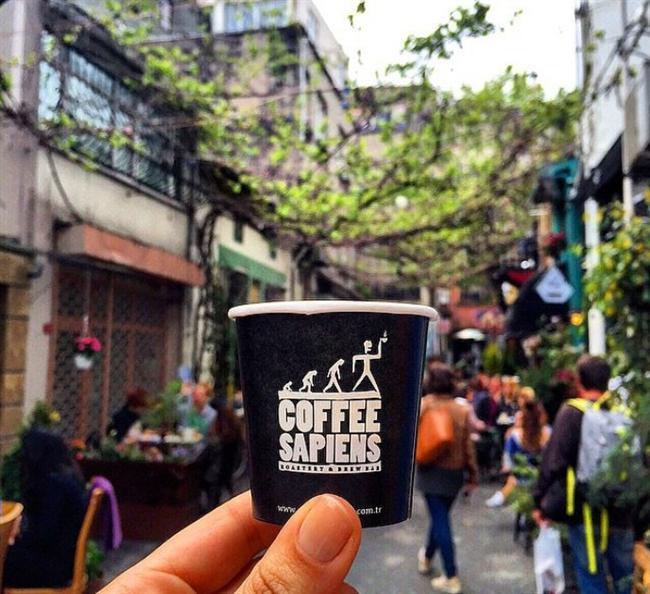 Coffee Sapiens  Hipster tayfasının incisi, Karaköy'ün demirbaşı haline gelmiş durumda. İşini can-ı gönülden yapan baristalar, kaliteli kahveler ve minnoş kedicikleriyle Coffe Sapiens 3. dalganın en iyilerinden.