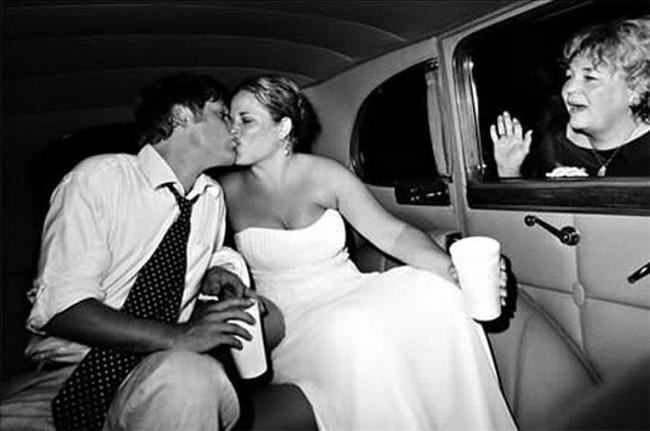 Nişanlanmayla başlayan bu ikilem, evlilikle beraber doruk noktasına ulaşır.  Kendine anne denilmesini bekleyen kayın valide, gelini korkutmamak alttan alttan verip veriştirmiştir. Biricik oğlunun ellerinden uçup gitmesiyle, kaynananın da level atlama vakti gelir.