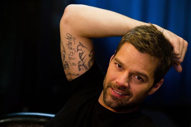 """Ricky Martin  """"Un dos tres"""" diyerek gönüllere giren ünlü şarkıcı Ricky Martin, epeyce cinsel yönelimi hakkındaki dedikodulara sessiz kaldı. Sonra kadınlara karalar bağlatan o acı haber geldi: O bir gaydi..."""