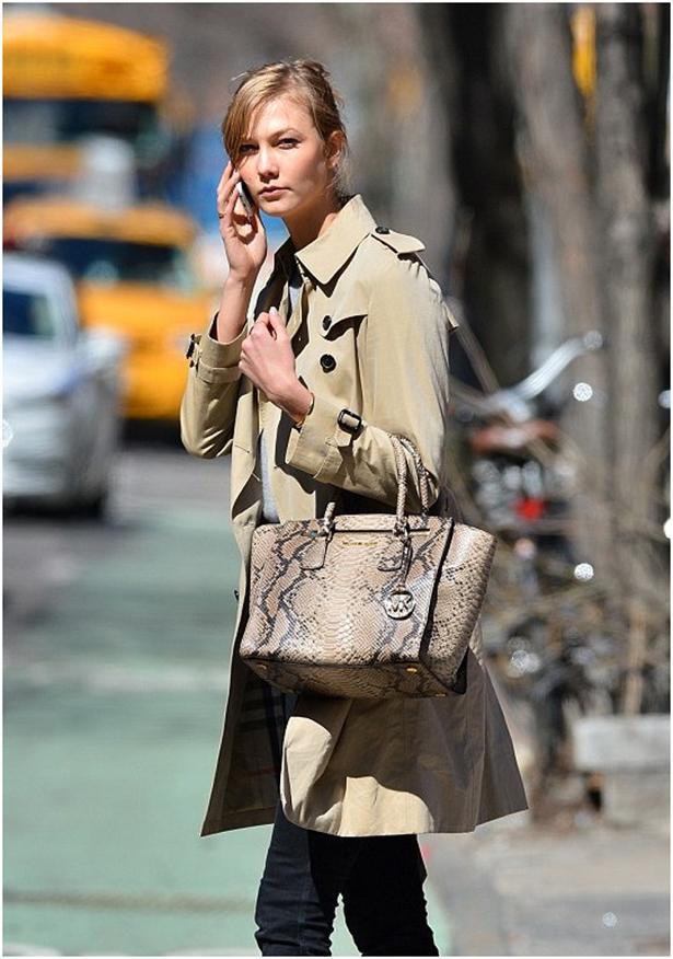 Karlie Kloss  Dudak uçuklatan fiyatlarıyla ünlülerin tercih ettiği bu markalara sahip olmak zor gibi görünse de ikinci el alternatifleri ile bu imkansız değil.   Özellikle son günlerde yüzbinlerce envanteri ve fiyat fırsatlarıyla yükselişe geçen online ikinci el lüks moda sitelerinde bu tarz çantaları %80 indirimle bulabilirsiniz.  Her kadının gardırobunda vazgeçilmezi olan bu çantaların ikinci el fırsatlarına  200TL'den başlayan fiyatlarıyla buradan ulaşabilirsiniz.