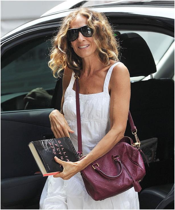 2. Louis Vuitton  Louis Vuitton marka çantaların fiyatları 3000 TL' den başlıyor.  Sarah Jessica Parker