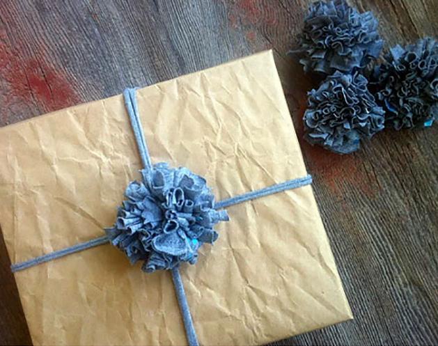 El yapımı hediyelerinizi ev yapımı bir hediye paketi ile süslemelisiniz.  El yapımı olan her şey arkadaşlarınızın çok hoşuna gidecektir. Buna ufacık bir hediye paketi bile dahil. Yukarıdaki gibi ponponları hazırlayın. Ve tişörtünüzden uzun ince şeritler kesin ve hediye paketinizi sarın ardından üzerine bir ponpon yerleştirin. İşte şipşirin hediye paketiniz şipşak hazır.