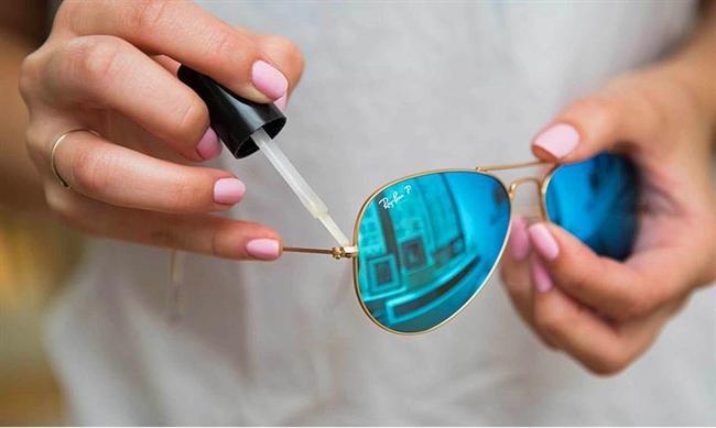 Gözlüklerinizin vidaları gevşemeden önce, şeffaf oje ile o bölgeleri minik dokunuşlarla güçlendirin.