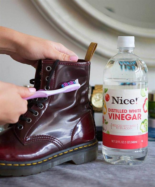 Deri ayakkabılarınızda bulunan lekelerden sirke ve diş fırçası yardımıyla kurtulabilirsiniz.