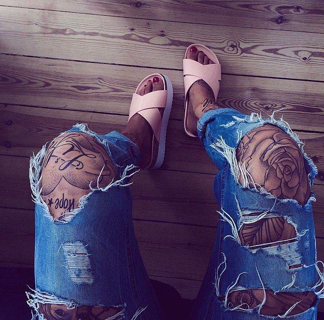 Yırtık kot pantolonlarla da mükemmel görünüyor.