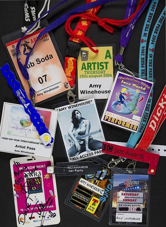 Daha önceki konserlerinde biriktirdiği sahne arkası yaka kartları.
