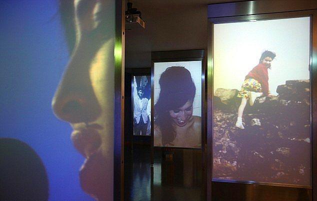 Sergi girişinde Amy Winehouse için yapılmış dijital proje.