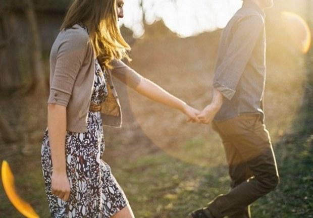 """5. Arkadaşları ve ailesiyle tanıştırırken kolunu omzunuza atar ya da elinizi tutar. Çünkü bu hareket bir kadına kendisini özel hissettirir. """"Beni ailesiyle ya da arkadaşlarıyla tanıştırdığına göre ciddi düşünüyor, gerçekten seviyor"""" diye düşündürür. Ama bu tuzağa düşmeyin. Bazı erkekler her birlikte oldukları kadını çevreleriyle tanıştırır, kimileriyse ancak ciddi ilişkilerini paylaşır. Tarzını anlamaya çalışın.  6. Yanınızdan güzel bir kadın geçerken elinizi sıkıca tutar ve yalnızca sizle ilgilenir... Bu tuzağa düşmeyin, zaten o kadını uzaktayken süzmüştür bile. """"Yanından bir süpermodel geçse bile bakmaz, bana çok aşık diyerek"""" kendinizi kandırmayın!"""