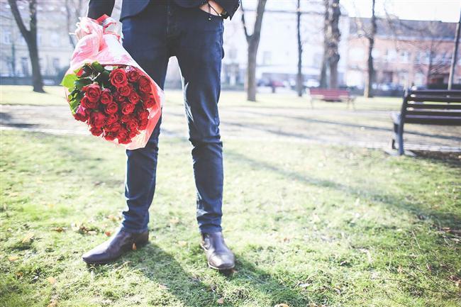 13. Bazen adınızın yanına kendi soyadını koyarak sizi çağırabilir. Heyecanlanmayın daha evlenme teklif etmedi!   14.Romantik bir DVD ve elinde bir buket çiçekle evinize gelir.