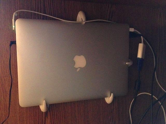 Şarj olurken laptopunuzu duvara sabitleyin.