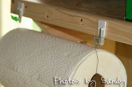 Bir tel ve askı yardımı ile tuvalet kağıdı tutucu yapabilirsiniz.