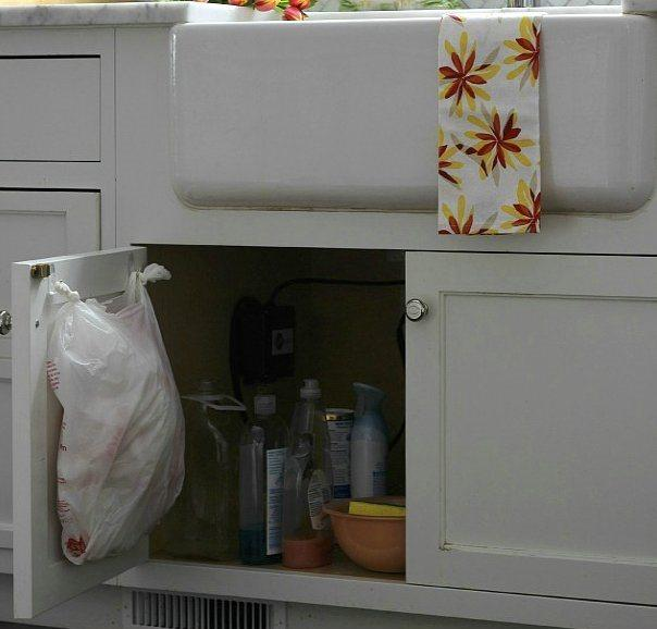 Çöp poşetinizi dolap kapağınızın arkasına bu şekilde gizleyebilirsiniz.