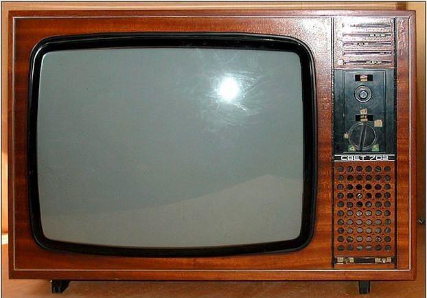 Renkli yayın yapan televizyon  Zeki Müren'i renkli görmek mi? Siyah - beyaz televizyonlardan LCD televizyonlara uzanan yolda en büyük sıçramaydı bu televizyonlar.