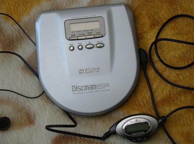 Discman  Kasetçalar ve rasyolardan sonra ilaç gibi gelmişti. MP3 çalarlar çıkıncaya kadar tahtını sallayabilen olmadı. Yüzlerce şarkıyı yanımızda taşıma fırsatı sundu bize yıllarca. RIP Discman...
