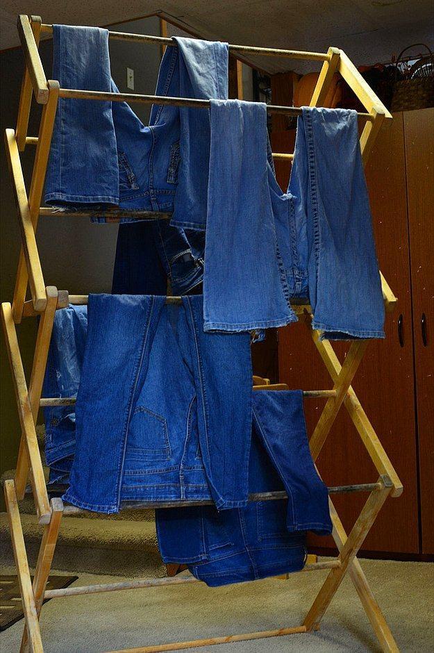 Kurutucudan ziyade, kıyafetlerinizi açık havada kurutmak çok daha faydalıdır.  Renklerin solmasını engeller aynı zamanda kumaşı güçlendirir.