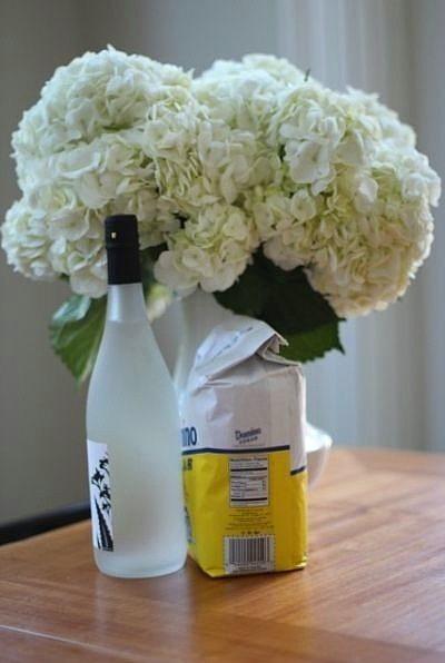 Çiçek buketlerinizin dibine bir miktar votka koyarak daha uzun süre canlı kalmalarını sağlayabilirsiniz.  Bu yöntem aynı zamanda bakterileri de uzak tutacaktır. Evinizde votka yoksa, çamaşır suyu da aynı görevi görecektir. Aynı zamanda, beslenmesi için bir tutam şeker de atabilirsiniz.