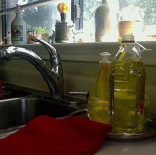 Bulaşık deterjanını, zeytinyağı şişesinin içine koyarak kullanabilirsiniz.  Az akıtan başlığı sayesinde gereksiz deterjan israfından kurtulabilirsiniz. Fakat yanlışlıkla yağ olarak kullanılmasını önlemek için şişenin üzerinde deterjan olduğunu belirtmekte fayda var.