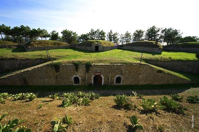 Paşa Tabyası  Sinop yarımadası'nın güney doğusunda 19. yüzyılda Osmanlı-Rus savaşları sırasında denizden gelen tehlikeleri önlemek amacıyla yapılmış. Yarı ay şeklinde ve 11 top yatağı, cephanelik ve mahzenlerden oluşuyor. Bir tabya daha var, o da Korucuk Tabyası. Ancak bu tabya, özelmülkiyet içerisinde bulunuyor.