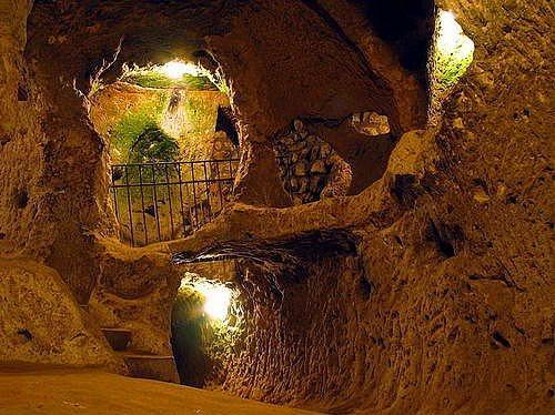 İnaltı Mağarası  İnaltı Mağarası 2008 yılında keşfedildi ve o zamandan beri dünyanın her yerinden ziyaretçilere kapısı açık. Astım hastalığı ile çeşitli hastalıklara iyi geldiği belirtilen ve 3.5 kilometresine kadar gidilebilen İnaltı Mağarası`ndaki oldukça serin hava ve ilginç oluşumlar gidenleri kendine hayran bırakıyor.