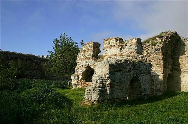 Balatlar Kilisesi  Balatlar Kilisesi'nin 7. yüzyılda Bizanslılar tarafından kilise olarak, Roma çağında ise tiyatro ya da hamam olarak kullanıldığı düşünülüyor. Üç kısmından oluşan fresklerin bir bölümü duruyor.