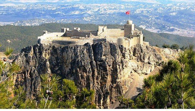Boyabat Kalesi  Türkiye'deki -bence- en görkemli yapılardan biri... Boyabat ilçesinin bulunduğu Gökırmak Vadisi'nde, karşılıklı sarp iki kayalık tepeden biri üzerinde kurulu. Kale, kayaların doğal yapısına uygun şekilde inşa edilmiş. Uzaktan görüntüsüyle sizi büyülüyor...