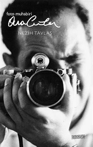 """""""Foto Muhabiri Ara Güler"""", Nezih Tavlaş  Yayıncı: Fotografevi  Tür: Biyografi   Nezih Tavlaş'ın, fotoğrafın efsane ismi Ara Güler'in hayatını anlatan """"Foto Muhabiri Ara Güler"""" kitabında sayfalar akarken alttan da Türkiye'nin 80 yıllık tarihi geçiyor.  """"Foto Muhabiri Ara Güler"""", savaşlar, darbeler, medeniyetler, facialar ve dünyanın kaderini değiştiren insanlar ardında koşuşan Ara Güler'in yaşam boyu karşılaştığı inanılması güç öyküleri akıcı bir üslupla sunuyor. Usta Ara Güler'in her zaman doğru yer ve doğru zamanda olabilmek için nasıl çalışıp didindiğinin ve nasıl bir bedel ödediğinin de tanığı olan sayfalar ile karşılaşacaksınız..."""