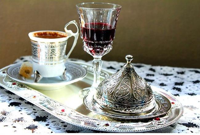 Misafire Türk kahvesi ikram edilirken, yanında likör ve badem şekeri unutulmazdı. Kahveler, tatlı sohbetlere vesile olurdu...