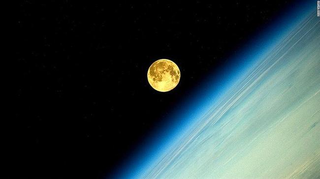 Bugünü Pazartesi'ye bağlayan gece Ay bir kez daha Dünya'nın gölgesinde kalacak. Ancak bu kez tutulmayı 'süper' kılan, Ay'ın Dünya'ya en yakın olduğu anda gerçekleşecek olması.  Yazın sonunu, sonbaharın başlangıcını simgeleyen ve 'Hasat Ay'ı' olarak da adlandırılan Ay'ın Dünya'ya en yakın noktaya ulaştığı anda tutulması, şimdiden heyecan uyandırmış durumda.