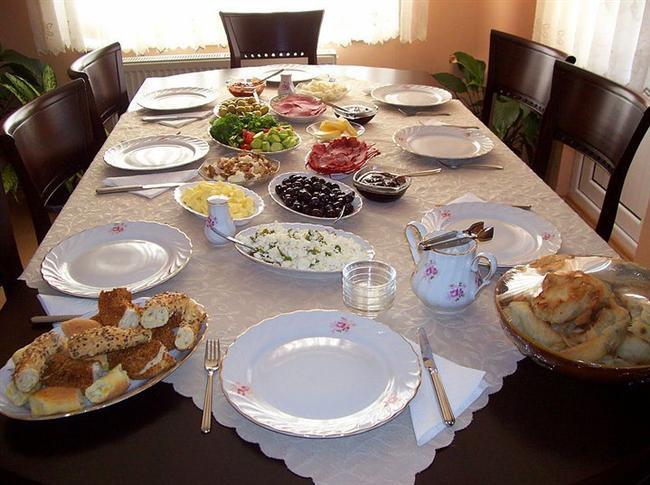 Bayram sabahı kahvaltı sofrası hazırlama görevi omuzlarına yüklenmiştir. Uykulu suratınla zeytin tabağı doldururken, erkek kardeşinin yardım etmesine de izin vermezler.