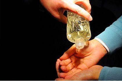 Eve girip yeni oturan misafirlere kolonya tutma görevi yine sendedir. Kolonya şişesi adeta eline yapılmış durumda gezersin.