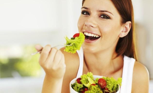Yemek yerken aşırıya kaçmayın. Porsiyon ölçülerinizi uygun tutarsanız istediğiniz besinleri kolaylıkla yiyebilirsiniz.