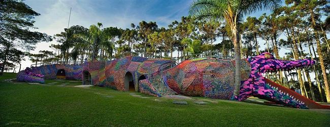 2012'de Polanya doğumlu Brooklynli sanatçı Olek tarafından dantel gibi örülerek yapılan bu timsahtan oyun parkı Brezilya'nın Sao Paulo kentinde bulunuyor.