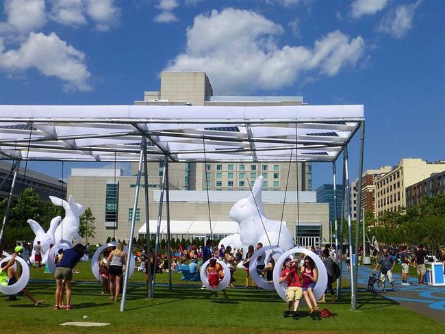 Boston Kongre ve Sergi Merkezi yakınında geçici bir parkta kurulan bu oyun alanı 20 ışıklandırılmış salıncaktan oluşuyor. Sadece kullanımda olduğunda ışık veren salıncaklarda mordan beyaza renk geçişleri görülüyor.