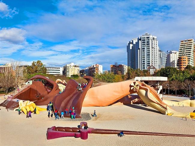 1990'da mimar Rafael Rivera, sanatçı Manolo Martin ve tasarımcı Josep Vincent tarafından Gulliver'in Gezileri'inden esinlenilerek İspanya'nın Valensiya kentinde inşa edilen oyun alanı.
