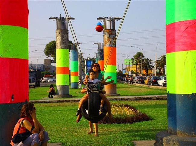 """Lokasyonu Peru'nun Lima kentinde bulunan """"Ghost Train Park"""" isimli oyun alanı rengarenk engellerle donatılmış bir parkur olup oyun alanında şehrin terk edilmiş alanından toplanan demiryolu parçaları ve bina materyalleri kullanılmış."""