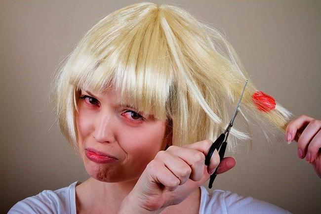 Eğer saçınıza sakız yapıştıysa kesmenize gerek yok. Biraz çikolata eritip sakızın üzerine sürün. Kolaylıkla saçınızdan ayrılacaktır.