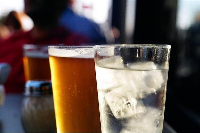 İçtiğiniz her bardak alkollü içkinin yanında bir bardak su içersiniz ertesi güne çok daha rahat başlarsınız.