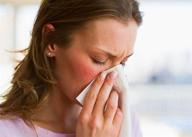 Tıkanmış burnunuzu temizlemenin kolay yolu: Dilinizle damağınızı ittirirken parmağınızla kaşlarınızın arasına bastırın ve bunu 20 saniye boyunca tekrarlayın.