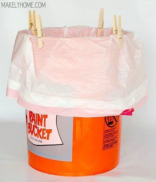 Çöp poşetini kovaya sabitlemek için kullanabilir, sürekli içeri kaçan çöp poşeti derdinden ebediyen kurtulabilirsiniz.