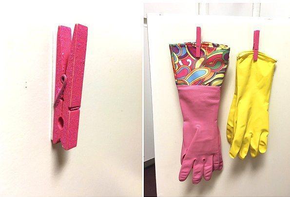 Mutfak duvarına yapıştırdığınız bir mandalı eldivenlik olarak kullanabilirsiniz.