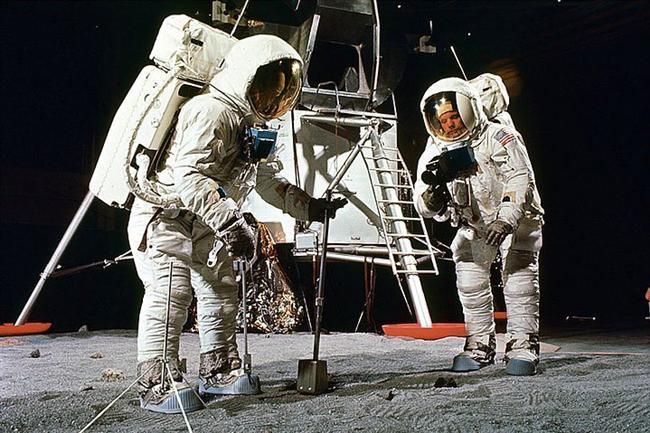 5. Neil Armstrong ve Buzz Aldrin tarafından giyilmiş olan uzay kıyafetleri aslında bir sütyen üreticisi olan Playtex firması tarafından yaratılmıştır.