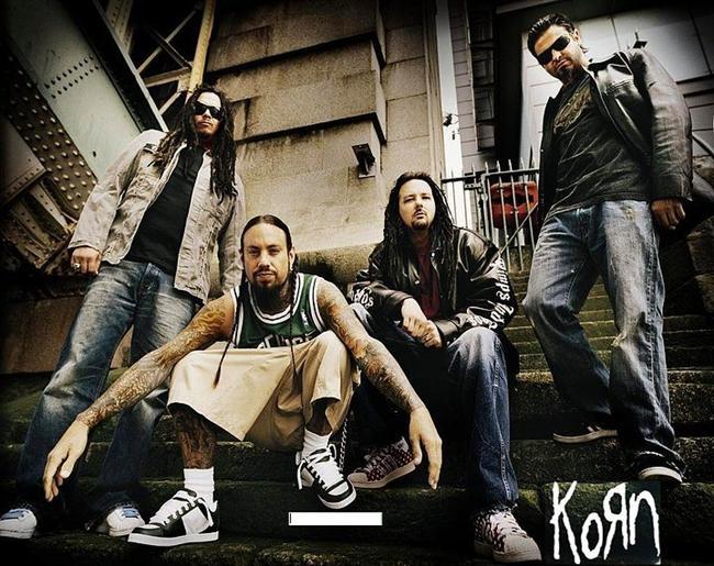 """11. Okulda metal müzik grubu """"Korn"""" tişörtü giydiği için tutuklanan gence destek olmak için Korn grubu Michigan'daki okulun tüm öğrencilerine kendi tişörtlerinden bağışladı, işin ilginci bu tişörtlerin dağıtılmasına polis bizzat yardım etti."""