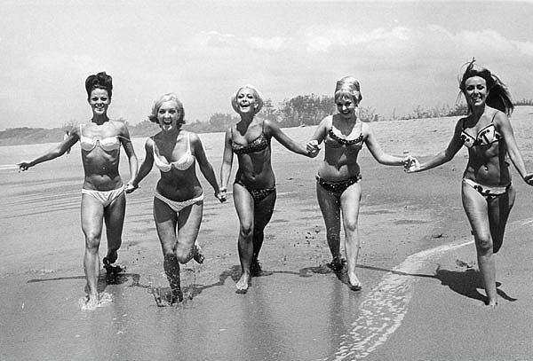 16. Vatikan'ın günah olarak kabul etmesinden dolayı ilk zamanlarında bikini İtalya, İspanya ve Avustralya'da yasaklanmıştı.