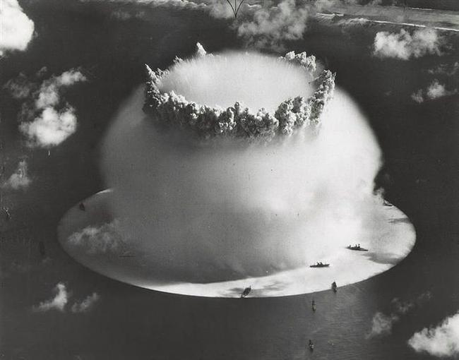 17. Bikini demişken, Louis Reard'ın tasarladığı bu deniz kıyafetine bikini demesinin amacı onun moda dünyasına bomba gibi düşeceğine ve büyük bir etki bırakacağına olan büyük inancıydı.  Zira bikini adası Amerika'nın nükleer bomba testlerini yaptığı adanın adıydı.