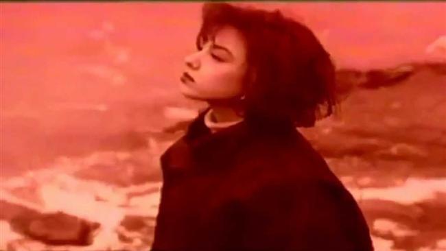 Değişmeyen tek şeyin, değişimin kendisi olduğunu kanıtlamak için dünyaya geldiğinden şüphelendiğimiz  Ebru Gündeş'in herkesi hayretler içinde bırakan inanılmaz dönüşümü:  1. 90'lardaki Ebru Gündeş, ilk albümünün klibini kırmızı filtreli çekmekte bir beis görmezdi...